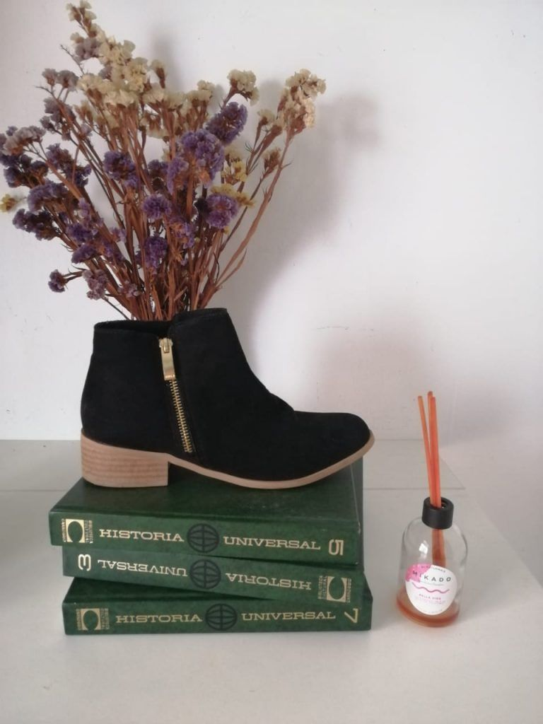 Bodegón calzado by Lourdes Arbaiza
